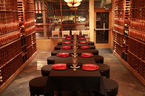 Rancho Cordova, Kaliforniya: Private room high table with table cloth and chargers