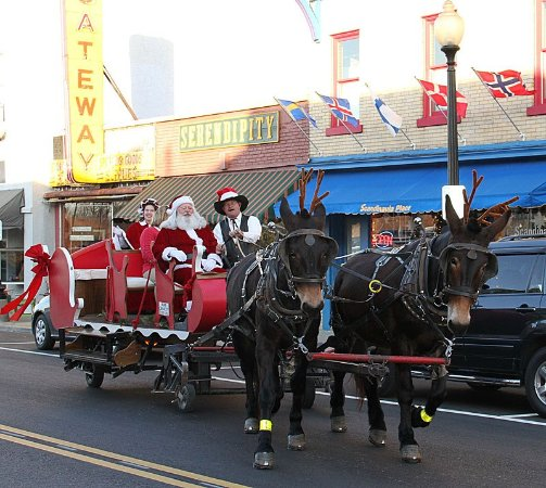 Independence, MO: Sliegh rides with Santa