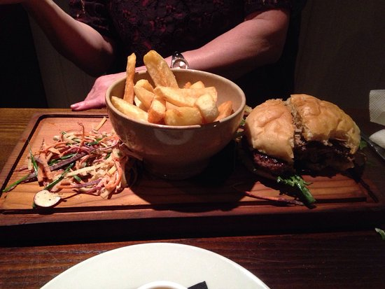 Kippen, UK: Had a veg platter to share and a very tasty venison burger. Can't really fault the meal and a co