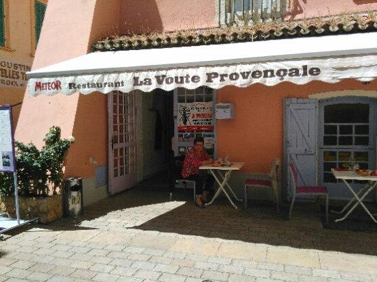 Ollioules, France: la façade de l'établissement