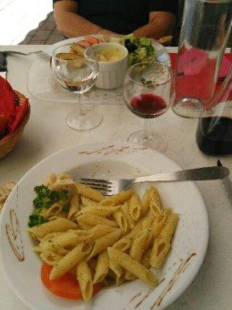 Ollioules, France: les grosses pâtes avec des très très très finnes poussières de basilic