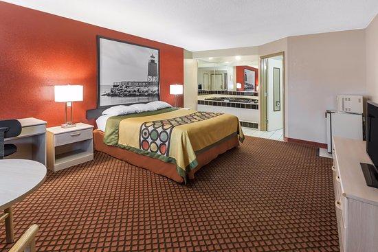 Super 8 by Wyndham Marysville/Port Huron Area: Jacuzzi Suite