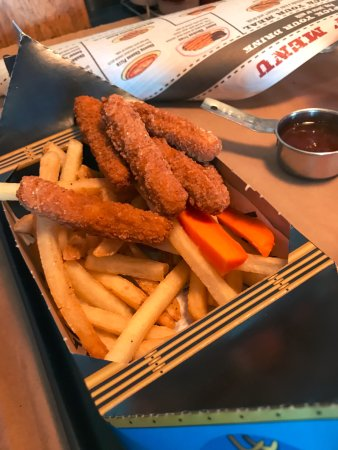 Tsawwassen, Canada: Kids' Chicken Fries with fries and carrot sticks