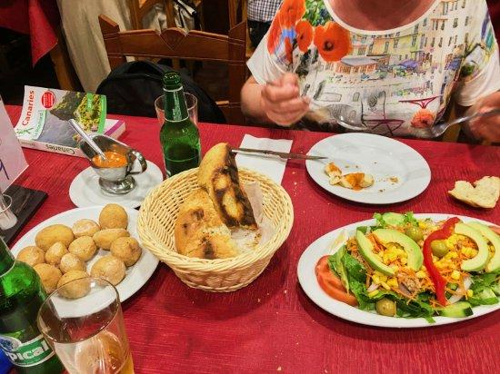 Firgas, Spagna: Accompagnement : pommes de terre canariennes, salades variées et pain maison tout chaud
