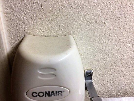 Motel 6: Poussière accumulée depuis des années sur le sèche-cheveux