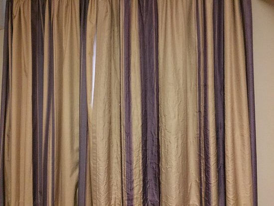 Premier Inn Chester City Centre Hotel: Un ironed horrible curtains