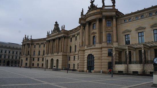 Humboldt University (Humboldt Universitat): Площадь перед Университетом