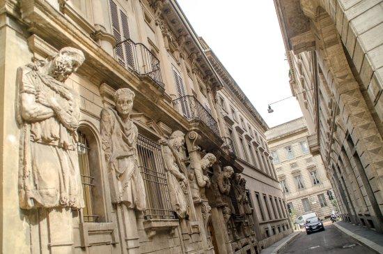 Casa degli Omenoni : Statues