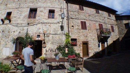 Castelnuovo Berardenga, Italië: Una piazza , il ristorante Porta del Chianti , statua di Luca , lo chef Agostino .