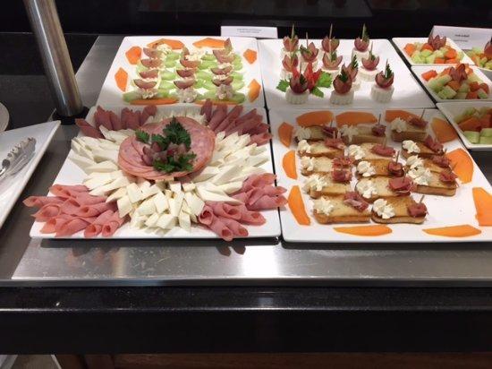 Sunscape Dorado Pacifico Ixtapa: Nasty baloney snacks in the Sunclub lounge