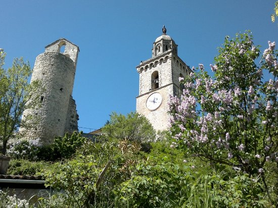 Reillanne, Francia: La vue du restaurant : Belle église restaurée XII ème