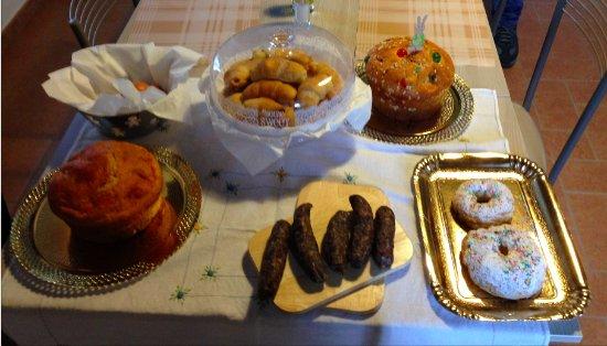 Nocera Umbra, Ιταλία: Parte della colazione tipica della mattina di Pasqua.