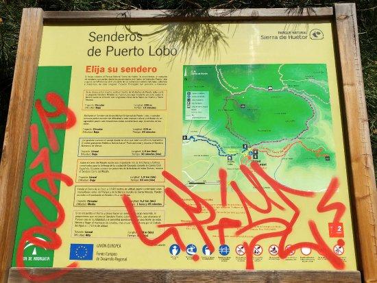 Viznar, Spain: Panel informativo que algún subnormal se ha encargado de decorar
