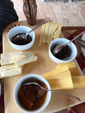 Rivoli Veronese, Ιταλία: formaggi della casa con le loro confitture