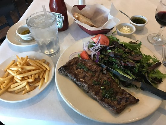 La Patagonia Argentina: Medium-rare entraña with salad and fries