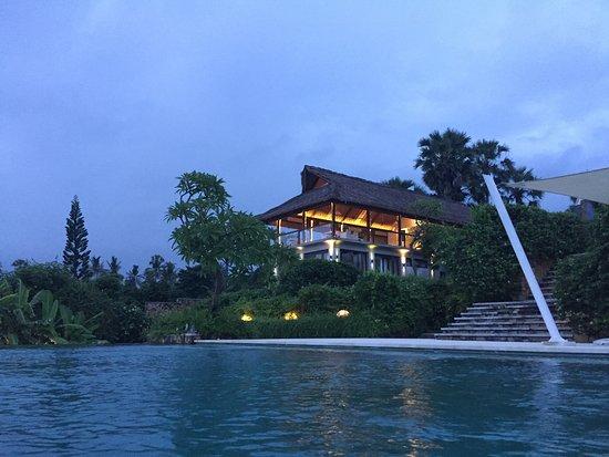 Seraya, Ινδονησία: Blick vom Pool zum Restaurant