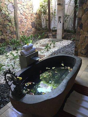 """Seraya, Ινδονησία: Detox Bad im offenen Bade-""""Zimmer"""" der Villa"""