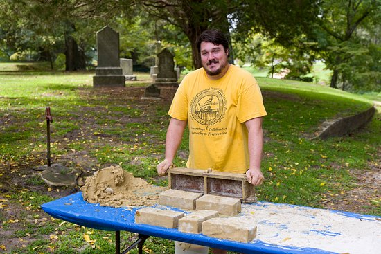 "Smithfield, فيرجينيا: Kenneth ""the Brick Maker"" demonstrating 17th-century brick making."