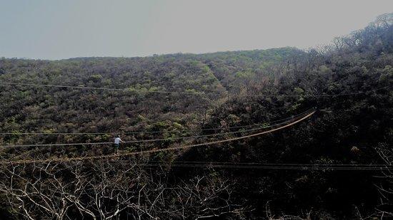 Parque Nacional Grutas de Cacahuamilpa: Puente colgante.