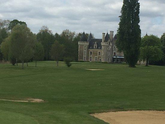 Courcelles-de-Touraine, Francia: Vue sur le château depuis le golf
