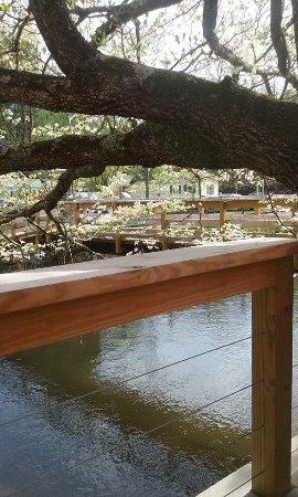 Dillsboro, Caroline du Nord : Beautiful patio seating on the creek.