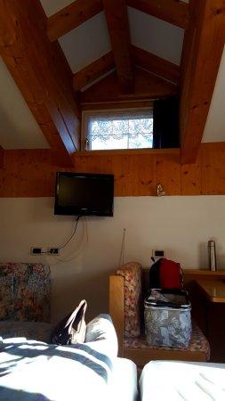 Piccolo Hotel : Ausblick auf den Berg vom Bett aus durch die kleine Gaube (Terassentür auch noch vorhanden)