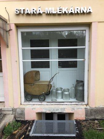 Decin, Tjeckien: Stará Mlékárna z hlavní ulice, výloha a pohled ze zahrady