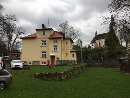 Děčín, Česká republika: Stará Mlékárna z hlavní ulice, výloha a pohled ze zahrady