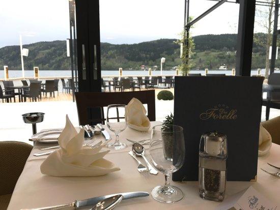 Millstatt, Austria: Blick vom Speisesaal über die Terrasse auf den See