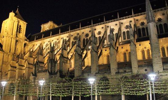 Hotel Inn Design Resto Novo Bourges : Vue nocturne de la Cathédrale de Bourges.