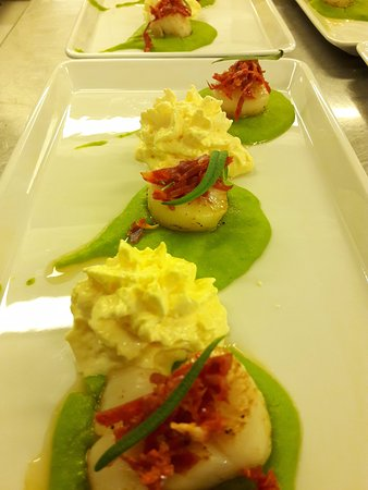 Risøyhamn, Norge: Scallops with pea puree and chorizo scum