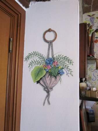 Cortemilia, Italy: Vaso appeso? Sbagliato! E' dipinto...