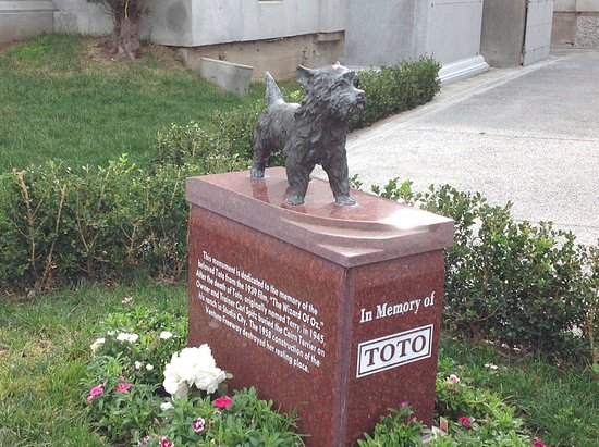 Hollywood Forever Cemetery: Memorial to toto from wizard of oz