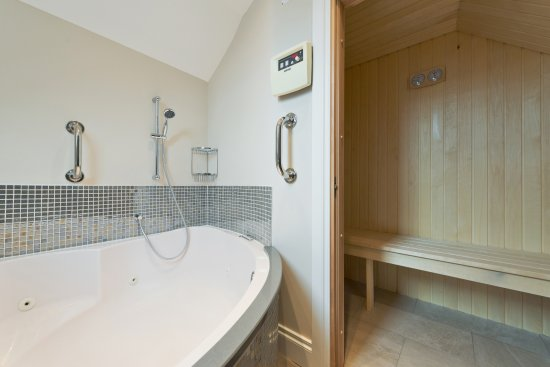Roxford Lodge Hotel: Traditional Finnish Sauna and Jacuzzi bath in Executive Suite