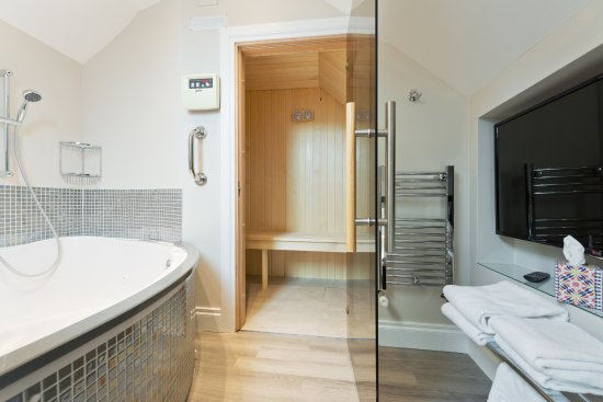 Roxford Lodge Hotel: Executive Suite Sauna and Jacuzzi bath area