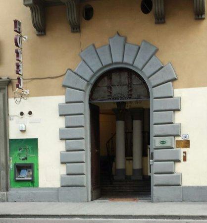 Hotel Delle Tele : Discrete entrance with ATM.