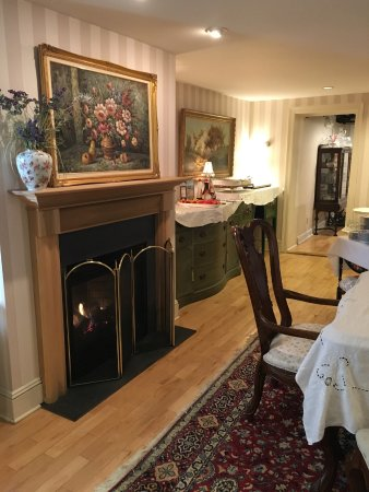 The Carriage House Bed & Breakfast: Breakfast room