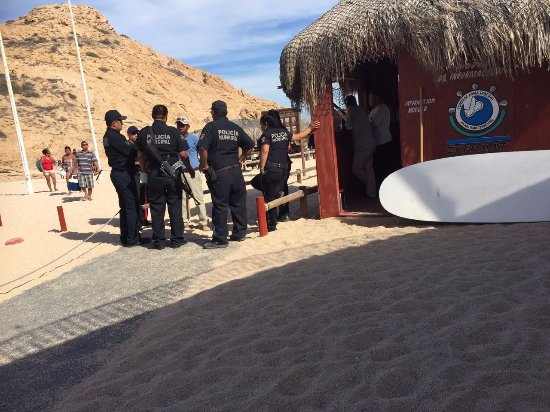 Santa Maria Beach: the criminal gets interrogated by the police trying to lie his way out