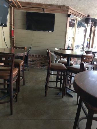 Woodbridge, فيرجينيا: Patio seating