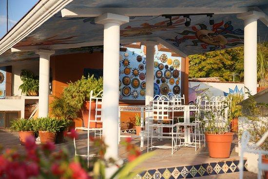 Casa de los Soles: TERRAZA con parte de la colección al 2017 de 2040 SOLES, todos tamaños, COLORES, texturas. Conoz
