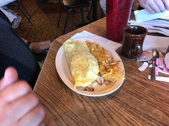 Camden, AR: This omelet was huge!