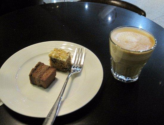Sepang, Malásia: カウンターで注文したケーキとカプチーノ