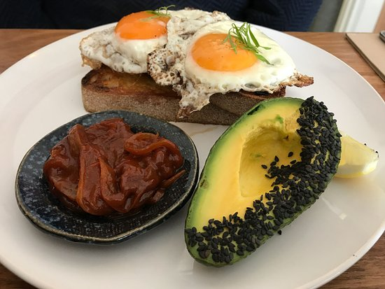 Williamstown, Australie : Fried free range eggs on toast with house made BBQ and avocado