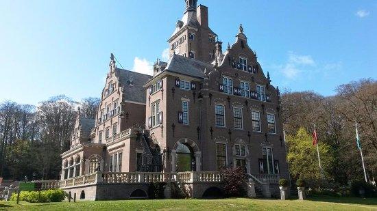 Santpoort-Noord, هولندا: Het grote huis/hotel met daarin Brasserie DenK