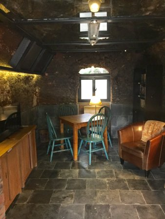 Brickyard Retreat at Mutianyu Great Wall: TV room within a former brick kiln