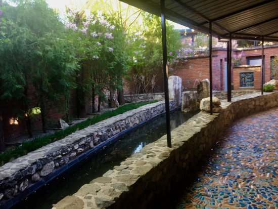 Brickyard Retreat at Mutianyu Great Wall: Mosaic walkway to our room with pond