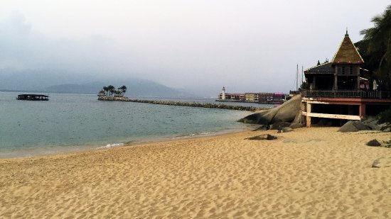 Wanning Boundary Island Lingshui: Beach in the morning before the crowd arrive