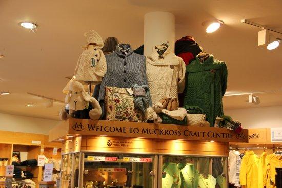 Muckross House, Gardens & Traditional Farms: Muckross Craft Center mit Restaurant. Herstellung von Töpferarbeiten live erleben.