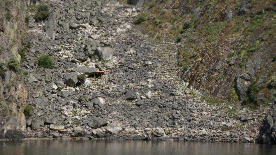 Province of Ourense, Spanyol: Típicas viñas de ladera solo accesibles por el río.