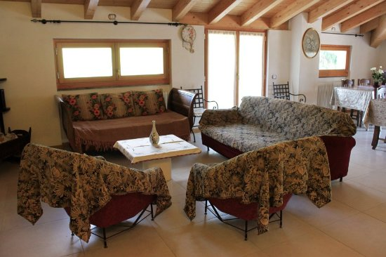 Vista parziale del soggiorno e sala da pranzo con accesso all\'ampio ...